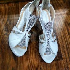 Νυφικά παπούτσια Divina με πέτρες swarovski White Bridal Shoes, Cute Pictures, Swarovski, Sandals, Flower, Party, Wedding, Fashion, Valentines Day Weddings