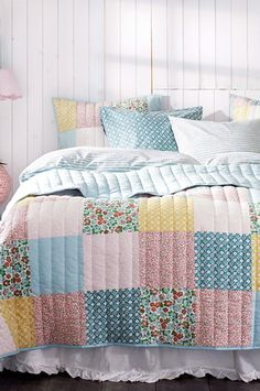 What a cute bedspread! It is called 'Amour'.