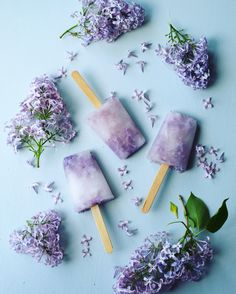 Lilac popsicles are both refreshing and easy to make. Add some real lilac blossoms to the popsicles to make them really beautiful. Lilac Flowers, Edible Flowers, Frozen Desserts, Frozen Treats, Cordial Recipe, Flower Food, Party Decoration, Popsicle Recipes, Cake Trends