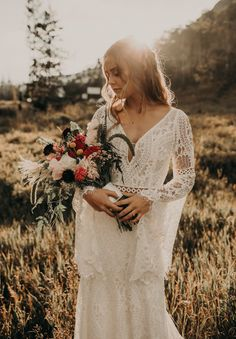 Find all of the boho adventure wedding inspiration you need with this Rocky Mountain elopement inspiration session in Vail, Colorado! Western Wedding Dresses, Bohemian Wedding Dresses, Bridal Dresses, Lace Wedding, Cabin Wedding, Forest Wedding, Wedding Rustic, Wedding Cake, Wedding Flowers