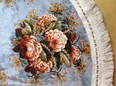 Schitterend rond tafelkleed  met bloemenpracht en sierrand van fluweel, doorsnee 150 cm, seventies