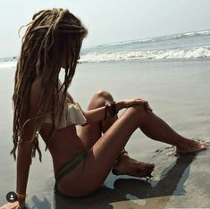 has the most beautiful dreads😍! 🙏🏼🌴🌿 From 💗 Comment below if You like this💖 🌹 Love to tag? Dreadlock Rasta, Dreadlocks Girl, Hippie Hair, Hippie Life, White Girl Dreads, Rasta Girl, Beautiful Dreadlocks, Dreadlock Hairstyles, Beach Girls
