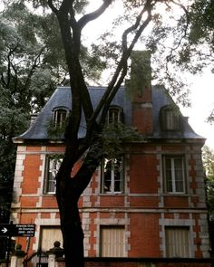 Insisto: hay una vida mejor y cuesta mucho mas cara  #architecture #arquitectura #house #townhouse #chateau #luxury #classy #wealth #instapic #instaphoto #instashot #instamoment #instamood #light #lumiere #window #fenetre #trees #arbres #leaves #feuilles #sky #style #cottage #instahouse #buenosaires #instarchitecture #Argentina  (en Barrio Parque)