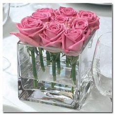 Copos quadrados de bebidas e mini rosas