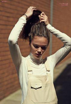 Stylish beige overalls and turtleneck shirt. Beige Outfit, Salopette Jeans, Mode Blog, Turtleneck Shirt, White Turtleneck, Looks Street Style, Inspiration Mode, Poses, Nike Flex