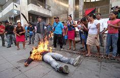 Advertencia, imágenes fuertes [youtube TFmFwAXpns]  Ciudad de México, 5 de diciembre (SinEmbargo).– Las imágenes son estremecedoras: un hombre se incendia a sí mismo con la ayuda de sus compañeros frente al Palacio Legislativo de Tuxla Gutierrez, Chiapas, para exigir la liberación del a