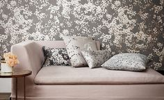 Papel pintado de #ROMO. Encuéntralo en www.papelespintadosaribau.com. #decoración #papelpintado #wallpaper #floral #Floris #Wallcoverings