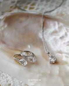Dezent-elegante Ohrhänger aus Silber 925 Sterling, besetzt mit Imitationssteinen. Die Ohrringe sind rhodiniert und begleiten Sie zu jedem Anlass. Spring Blooms, Elegant, Diamond, Jewelry, Stones, Schmuck, Classy, Jewlery, Jewerly