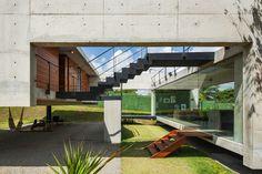Construido en 2016 en Tibau do Sul, Brasil. Imagenes por Nelson Kon. A través de los diferentes niveles y los elementos opuestos, logramos una rica espacialidad, creo que llegamos a la meta. Cada espacio en la casa...