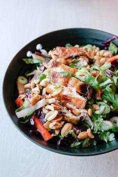 Sprø salat med crunchy tofu og syrlig, syrlig dressing.