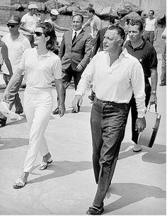 Ravello, Gianni Agnelli fu davvero l'amante di Jackie Kennedy /FOTO e VIDEO Jackie Kennedy, Jaqueline Kennedy, Gianni Agnelli, Jack Rogers Sandals, Famous Photos, How To Pose, Foto E Video, Style Icons, Cool Style