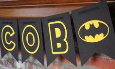 Esta bandera de Batman cuenta con un nombre personalizado en banderines negros con letras de color amarillas y negras con dos salidas del logo de Batman. Perfecto para una fiesta de cumpleaños! Tenga en cuenta que la cinta usada para colgar la bandera no está incluida en este listado. Cada banderín mide 7,25 pulgadas de ancho y 10,25 pulgadas de alto. Este banner hace una declaración! Es considerablemente más grande que la mayoría banners ahi. Nota: la cinta no está incluida en el banner…