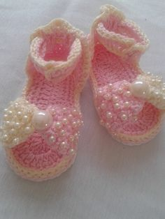 This Pin was discovered by Car Crochet Sandals, Crochet Baby Shoes, Crochet Baby Booties, Crochet For Kids, Diy Crochet, Baby Patterns, Crochet Patterns, Baby Girl Sandals, Baby Slippers