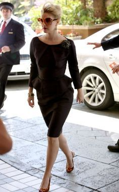 Drew Barrymore in Nina Ricci Pre-Fall Badgley Mischka brooch, and Gucci sling-backs, April 2009 Short Legs Long Torso, Drew Barrymore Style, Norma Jeane, Couture, Style Icons, Vintage Dresses, What To Wear, Vintage Fashion, Classy Fashion