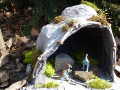 Children seem to be fascinated by creatures like dragons, dinosaurs, and bats. This cave aims to provide the perfect dwelling for them and is a lot of fun to make. You can also consider this projec… Diy Nativity, Christmas Nativity Scene, Nativity Scenes, Bat Habitat, Dinosaur Garden, Dinosaur Crafts, Dragon Cave, Small World Play, Little Monkeys