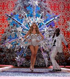Heidi Klum with one of my most favorite pair of wings. The giant snowflake that unveiled like magic when she pulled the hidden string. Beautiful.