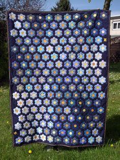 Vergissmeinnicht | by quilting-geli Hexagon Patchwork, Hexagon Pattern, Patchwork Patterns, Hexagon Quilt, Quilt Patterns, Quilting Tutorials, Quilting Designs, Millefiori Quilts, Blue Quilts