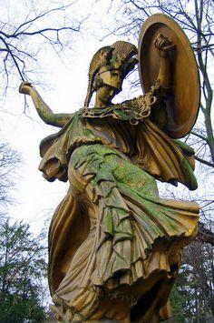 place de Varsovie, statue résine Pallas Athena la Danse Triomphale par Carlo Sarrabezolles