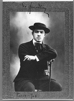 Amadeo de Souza Cardoso, 1887-1918  Amadeo de Souza Cardoso em Paris (França). Data de produção da fotografia: 1908.
