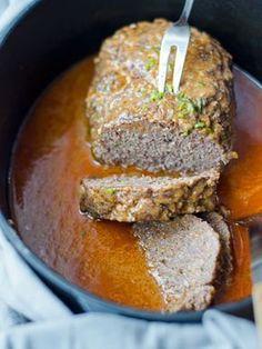 Köstlich saftiger und würziger Hackbraten mit einer Sauce, die durch das Anbraten des Fleisches besonders aromatisch und geschmackvoll wird.