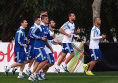 Los jugadores hacer ejercicio para mantenerse en forma porque es bueno. Estos son jugadores de fútbol correr muchos al jugar.