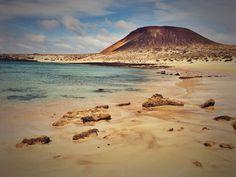 Playa de todos los colores. Pones un pie en la arena y sientes como tu cuerpo se relaja y cómo el sol revitaliza tu espíritu. Isla de Lanzarote