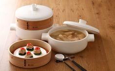 De stoomset van Jia is gemaakt van vuurbestendig keramiek, terracotta en cederhout. Gebruik de set bestaande uit pan, stoominzet en deksel voor het stomen van groente, vlees of bapao. Door te stomen blijven voedingsstoffen, kleur en smaak beter bewaard.