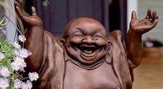 Na verdade esse n?o ? uma est?tua de Buda, mas sim a est?tua do deus Hotei, um dos Sete Deuses Japoneses da Fortuna, erroneamente confundido como um