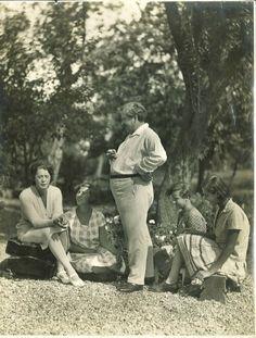 Móricz Zsigmond a lányokkal Crop Circles, Lany, Hungary, Poet, Old Photos, Literature, Museum, Marvel, History