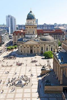Op één van de mooiste pleinen van #Berlijn, de Gendarmenmarkt, waan je je even in #Parijs.