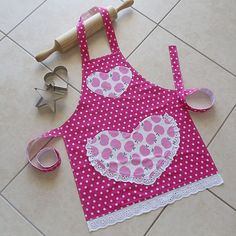 Kids Apron pink, childs kitchen craft art play apron, lined girls cotton apron with heart pocket, cute pink apples & spots, Pretty in Pink Easy Sewing Projects, Sewing Projects For Beginners, Sewing Hacks, Sewing Crafts, Childrens Aprons, Cute Aprons, Sewing Aprons, Apron Pockets, Kids Apron