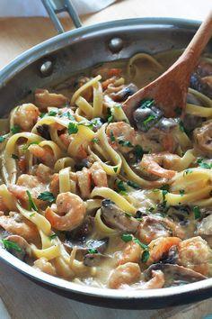 Pâtes aux crevettes et champignons dans une sauce crémeuse au fromage. Recette simple pour un repas facile et rapide. Votre repas est prêt en 15 mn ! Difficile à battre pour un délicieux repas de semaine sans stress.