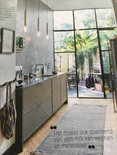Mooie keuken: wand achter de keuken, dun aanrechtblad, hoge ramen, visgraatvloer