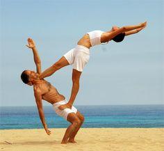 En el yoga en parejas se exploran posturas de equilibrio para desarrollar la confianza en el otro.