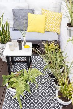 diy - Blumentöpfe bemalen DIY guide for painted flower pots in black White look with plants in the c Small Balcony Decor, Porch And Balcony, Small Outdoor Spaces, Outdoor Balcony, Balcony Design, Outdoor Rugs, Outdoor Living, Outdoor Decor, Balcony Ideas