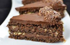 Batir los huevos con el azúcar hasta que estén tres veces en volumen, estén amarrillos y mullidos.Tamizar la harina, el cacao y la levadura en polvo. Mezclar con las avellanas molidas.Usando una espátula, incorporar los ingredientes secos en tres tandas en la mezcla de los huevos. Enmantecar un molde para hornear de 22 cm de diámetro y vierta la mezcla. Hornear a 170°C durante unos 40 minutos.Para la crema: disolver el chocolate, ya sea en baño María o en el microondas. Deje e...