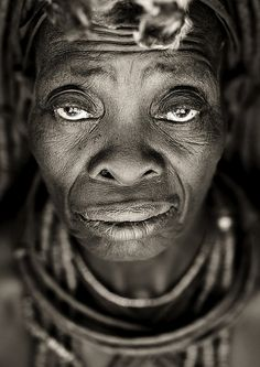 peoplearegorgeous: Vecchio Volto di donna Himba - Angola da Eric Lafforgue su Flickr.  Angola de Eric Lafforgue