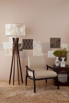 Com retalhos de papel, Samir criou uma espécie de moldura nesta parede.