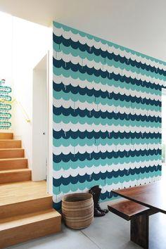 Scallops par Jim Houser - Découvrez une toute nouvelle forme de sticker géant: le Papier peint textile adhésif, ici une peintures et ses gouttelettes :)