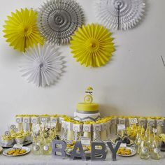 Sweet table jaune et grise | Yellow and grey sweet table www.sous-le-lampion.com | buffet anniversaire enfant | kids birthday party buffet