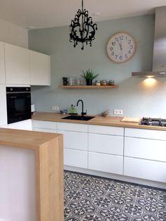 Kitchen Layout Interior, Glass Kitchen Cabinets, Kitchen Remodel, Interior Design Kitchen, New Kitchen, Home Kitchens, Cosy Kitchen, Kitchen Layout, Kitchen Inspiration Modern