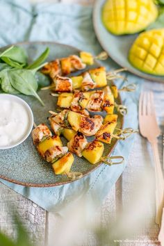Fruity from the grill: mango-chicken skewers in yoghurt marin .- Fruity from the grill: mango-chicken skewers in yoghurt marinade Healthy Chicken Recipes, Lunch Recipes, Meat Recipes, Pasta Recipes, Sandwich Recipes, Breakfast Recipes, Cooking Recipes, Mango Chicken, Chicken Skewers