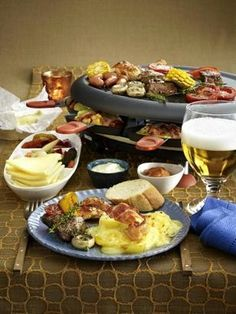 Free recipes for raclette and ingredients for party meal Fondue Raclette, Raclette Party, Grilling Recipes, Cooking Recipes, Austrian Recipes, Cheese Snacks, How To Cook Ham, Xmas Food, Snacks Für Party