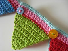 Seriously cute crochet bunting with added colour (pattern on Crochet Home, Love Crochet, Crochet Motif, Beautiful Crochet, Crochet Crafts, Crochet Yarn, Crochet Projects, Crochet Patterns, Crochet Flower