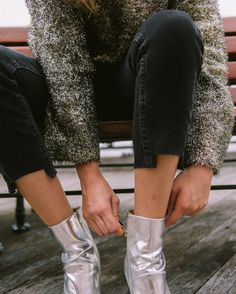 Metallic boots, metallic sweater                                                                                                                                                                                 More Metallic Boots, Silver Boots, Autumn Winter Fashion, Winter Style, Cold Weather Fashion, Effortless Chic, Fashion Killa, Fashion Details, Style Icons