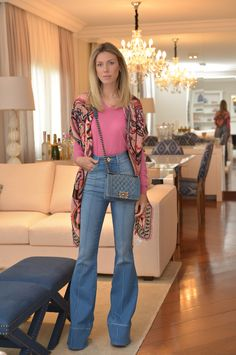 Nati Vozza do Blog de Moda Glam4You usa look com calça flare e sueter. Look perfeito para o dia a dia.