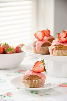 skoraq cooks: Strawberry muffins with strawberry icing  http://skoraczek.blogspot.com/2014/06/truskawkowe-muffinki-z-lukrem.html