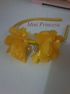 Tiara Flexível forrada de cetim, e laço de flores de cetim e detalhe em strass.  Cores:  Rosa, Azul , Vermelho, Amarelo, Preto, Branco, Azul Piscina, Azul marinho, dourado, Pink, Creme e Onça.