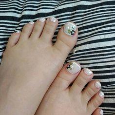 Não é só as unhas das mãos que precisam de cuidados. Nossos pés também precisam e devem ficar lindos! Por isso, selecionamos 33 modelos de unhas dos pés decoradas lindos para servir de inspiração! Não tem quem não goste de pés lindos e bem cuidados! Veja em nossa galeria de fotos as unhas lindas dos… Diy Nails, Cute Nails, Toe Nail Designs, Toe Nail Art, Nail Art Galleries, Nail Arts, Nail Tech, How To Do Nails, Simple Designs