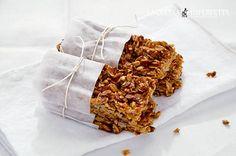 Le barrette ai fiocchi d'avena sono uno snack sano e gustoso a base di fiocchi d'avena, olio, miele e semi tostati.
